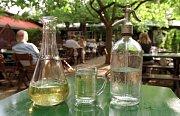 Víno se v heurigenu podává v těchto nádobách.