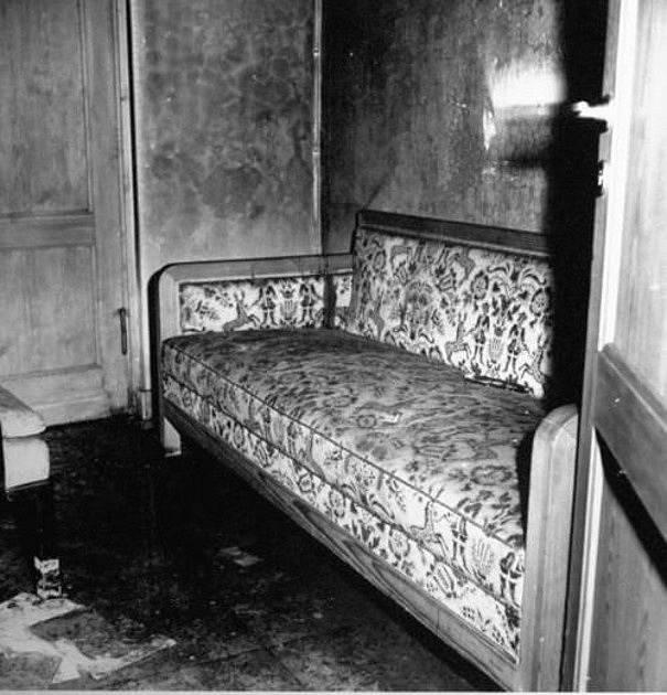 Pohovka, na které Hitler s Braunovou údajně spáchali sebevraždu