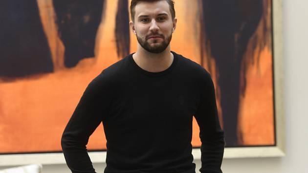 Hokejový brankář Petr Mrázek z Caroliny pózoval 24. května 2019 v Praze fotografům po tiskové konferenci.