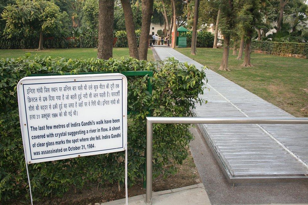 Křišťálový chodník, vedoucí přímo nad místem vraždy Indiry Gándhíové, se nazývá Skleněná řeka a je dílem českých sklářů. Československo ho věnovalo Indii v roce 1989