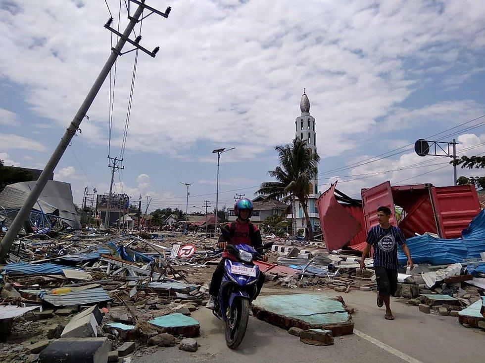 Indonéský ostrov Sulawesi zasáhlo zemětřesení a dvoumetrové tsunami