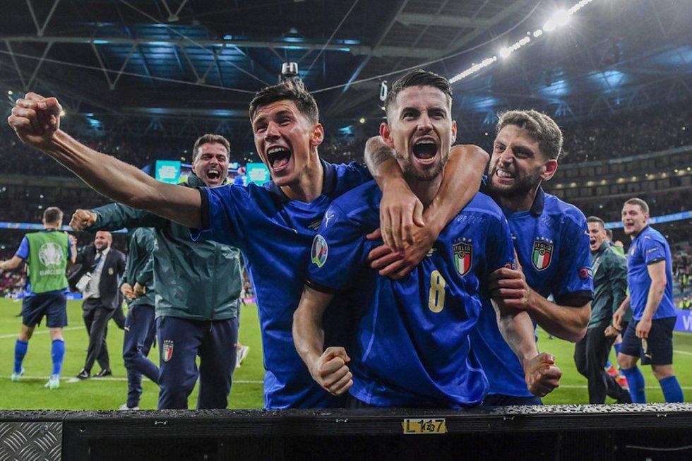 Fotbalisté Itálie se radují z postupu do finále.