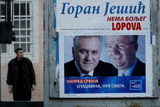 Před parlamentními volbami v Srbsku, které jsou naplánované na 11. května, vrcholí souboj kandidátů. Na snímku je plakát lídra srbské radikální strany Tomislava Nikoliče ve vesnici Krčedin asi 70 kilometrů severně od Bělěhradu.
