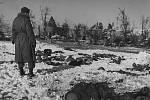 Těla amerických důstojníků a vojáků, povražděných německými esesáky v belgických Malmedách