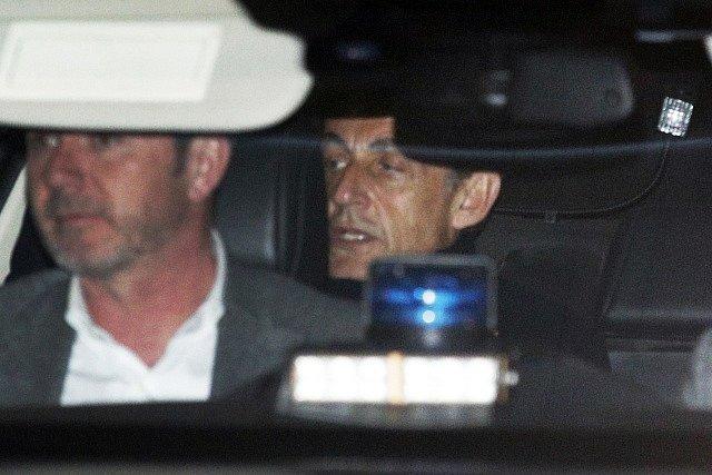 Nicolas Sarkozy opouští po mnohahodinovém výslechu policii