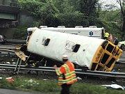 Školní autobus skončil po srážce ve svodidlech
