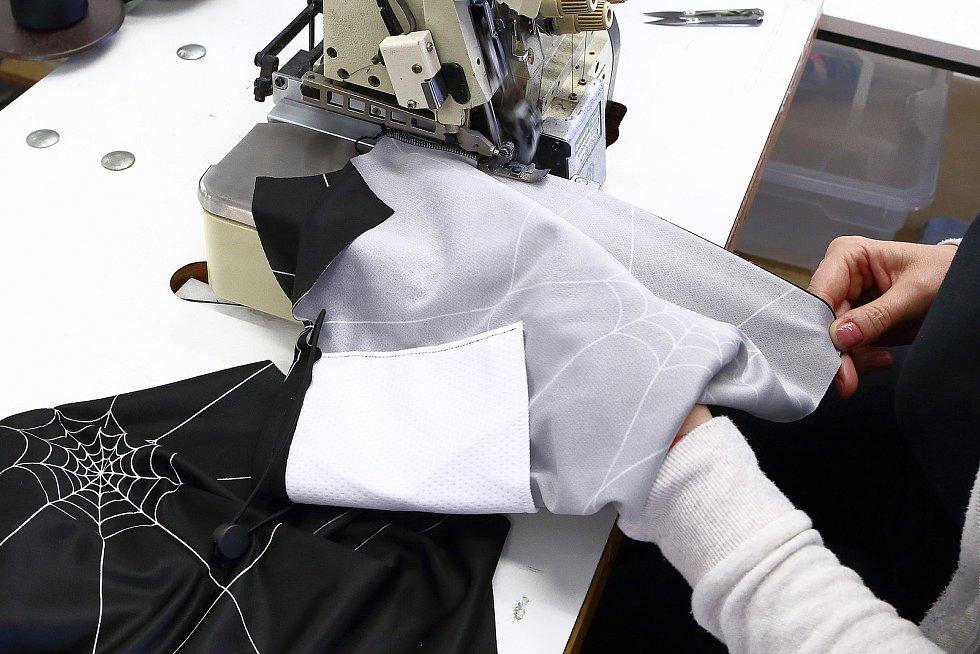 Šička vloží na vnitřní stranu šátku kapsu s filtrem.