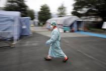 Zdravotník v provizorní nemocnici v italské Brescii