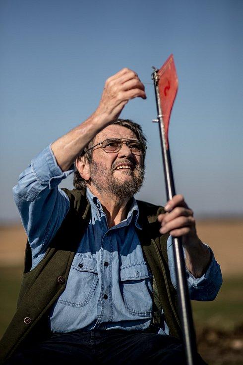 Jan Spálený při fotografování pro Deník 21. března nedaleko Bystřice u Benešova.