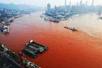 Nejdelší čínský tok Jang-c'-ťiang se v části na jihozápadě země zbarvil do šarlatova.