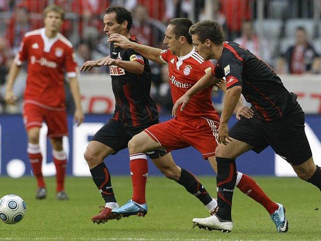 Obraně Kolína nad Rýnem neunikl ani špílmachr Bayernu Franck Ribéry (v červeném).