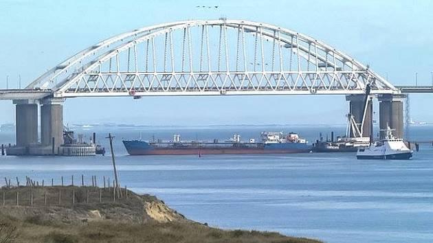 Rusko blokovalo průjezd Kerčským průlivem do Azovského moře