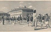 Nová budova základní školy Záboří byla dostavěná v roce 1951. Na fotce z roku 1956 cvičí starší žáci v místech dnešního fotbalového hřiště