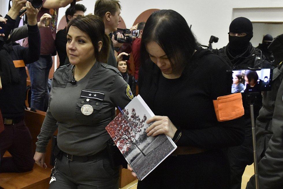Alena Zsuzsová přichází na jednání Specializovaného trestního soudu v Pezinku v případu vraždy novináře Jána Kuciaka a jeho partnerky Martiny Kušnírové..
