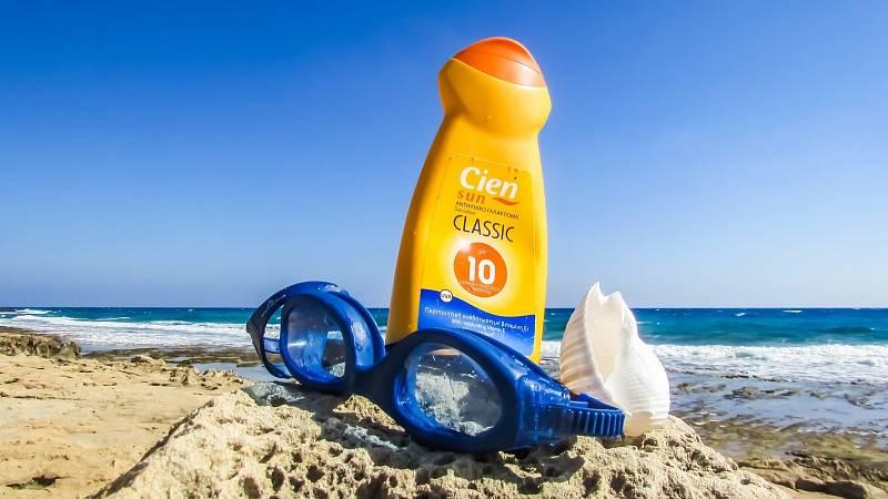 Opalovací krém nepatří pouze do plážové brašny, ale měl by se stát nepostradatelnou součástí letní kosmetické výbavy.