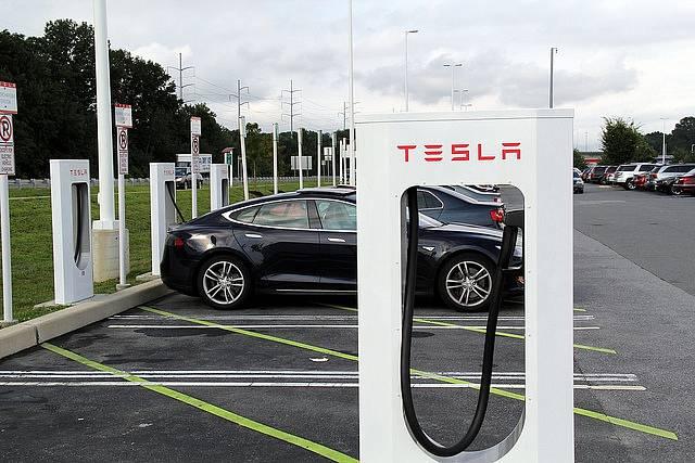 Nabíjení elektromobilů Tesla. Ilustrační foto.