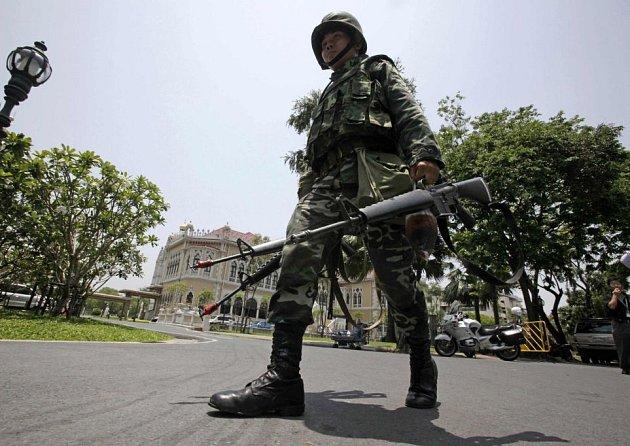 Thajský voják poblíž sídla vlády v Bangkoku