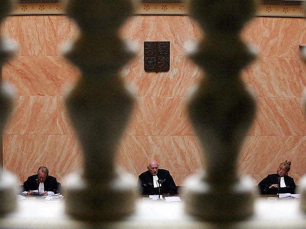 Ústavní soud zrušil balíček sociálních škrtů, ale dal vládě šanci k jeho novému přijetí správným způsobem. Zrušení začne platit s uplynutím posledního dne letošního roku, fakticky tedy od 1. ledna 2012.