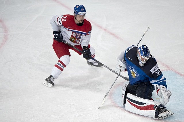 Zleva český reprezentant Petr Vrána, finský brankář Joonas Korpisalo.