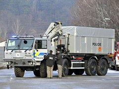 Policisté a hasiči chystají ve Vrběticích zázemí pro ohledání epicenter obou předloňských výbuchů muničních skladů. Ilustrační foto.