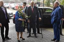 Prezident Miloš Zeman a jeho manželka Ivana přicházejí do TOP Hotelu Praha, kde budou 27. ledna sledovat sčítání hlasů druhého kola prezidentských voleb.