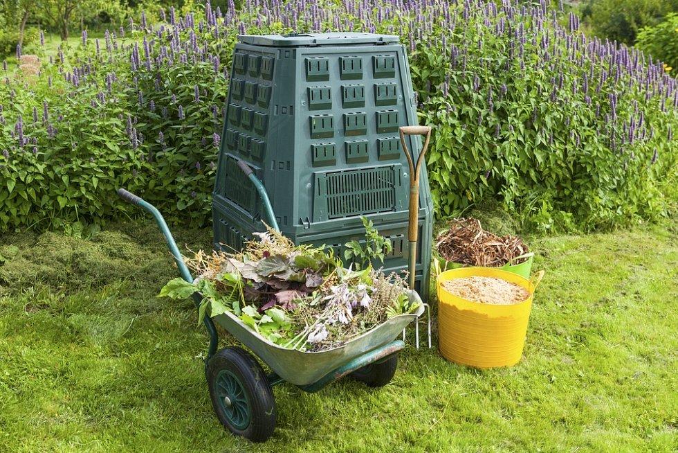 V plastovém kompostéru svíkem budete obtížněji provádět čechrání hmoty. Systém otvorů však podpoří provzdušňování.