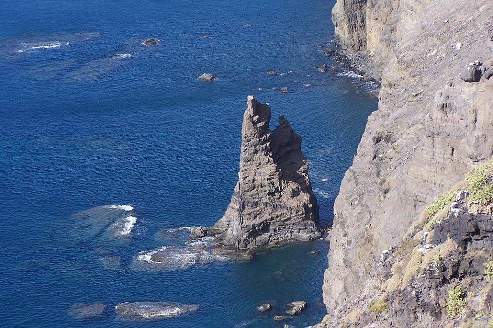 Boží prst už nehrozí. Úvar pojmenovaný Dedo de Dios, tedy Boží prst, u pobřeží Kanárských ostrovů, zmizel před několika lety. Zůstala po něm jen spodní část (na snímku).