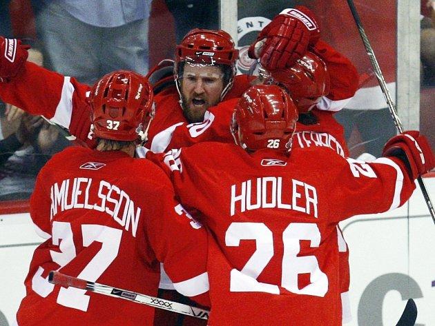 Hokejisté Detroitu Mikael Samuelsson (č. 37) a Jiří Hudler (č. 26) gratulují Niklasi Kronwallovi ke gólu do sítě Pittsburghu v pátém finále NHL.