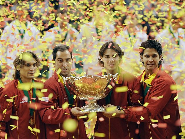 Šťastní Španělé (zleva) David Ferrer, kapitán Alberto Costa, Rafael Nadal a Fernando Verdasco se slavnou salátovou mísou pro vítěze Davis Cupu.