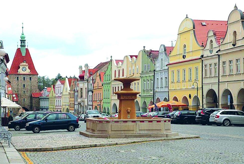 Měšťanské domy s loubím ze 14. až 16. století tvoří historické centrum Domažlic, které je dnes součástí městské památkové rezervace.