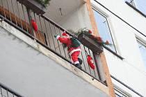 Figurínu Santa Clause na balkóně si náhodný chodec v Litvínově na Mostecku spletl s dítětem visícím z balkónu a zalarmoval policii a hasiče. Ti na místě zjistili, že šlo o metr vysokou figurínu.