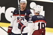 Hokejisté USA Trevor Lewis (vlevo) a Jimmy Vese.