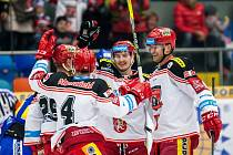 Hokejisté Hradce Králové se radují z gólu proti Zlínu.