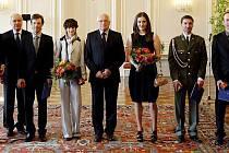 Prezident Václav Klaus (uprostřed) přijal medailisty z Her ve Vancouveru. Zleva Martin Jakš, předseda ČOV Milan Jirásek, Martin Koukal, Martina Sáblíková, Šárka Záhrobská a Jiří Magál s Lukášem Bauerem.