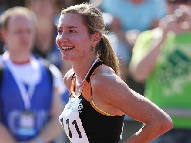 Denisa Rosolová se raduje z triumfu v běhu na 200 m na mistrovství ČR.