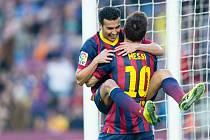 Pedro a Lionel Messi (zády) se radují: fotbalová Barcelona smetla Pamplonu 7:0.