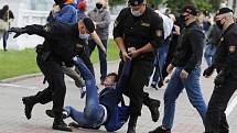 Běloruská policie zasahuje proti demonstrantům