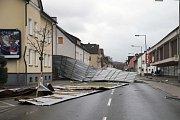 Bouře v Německu strhávala střechy.