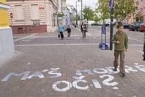 Protirasistická hesla se 24. srpna objevila v Českých Budějovicích na trase plánovaného protiromského pochodu. Nápisy mají symbolizovat nesouhlas s odpolední demonstrací. Na chodníky je za svítání napsali členové iniciativy Budějovice proti násilí.