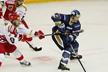 Hokejisté Kladna prohráli v pozici domácího týmu v pražské O2 areně v předehrávce 10. kola extraligy se Slavií 2:3. Jaromír Jágr (vpravo) svůj tým k vítězství nedovedl.