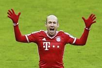 Hvězda Bayernu Mnichov Arjen Robben se raduje z gólu proti Braunschweigu.