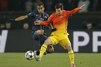 Hvězdný kanonýr Barcelony Lionel Messi (vpravo) a Thiago Silva z Paris St. Germain.