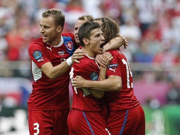 Čeští fotbalisté se radují z gólu Petra Jiráčka (vpravo) proti Řecku.