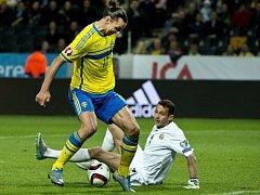 Hvězda Švédů Zlatan Ibrahimovic (vlevo) proti Moldavsku.