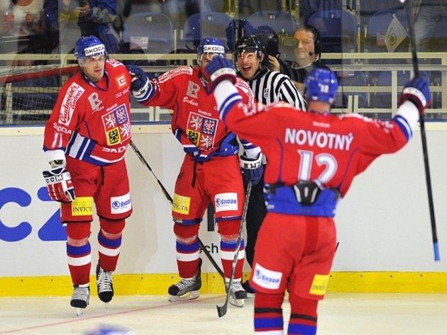 Čeští hokejisté (zleva) Petr Hubáček, Zbyněk Irgl a Jiří Novotný se radují z gólu proti Finsku.
