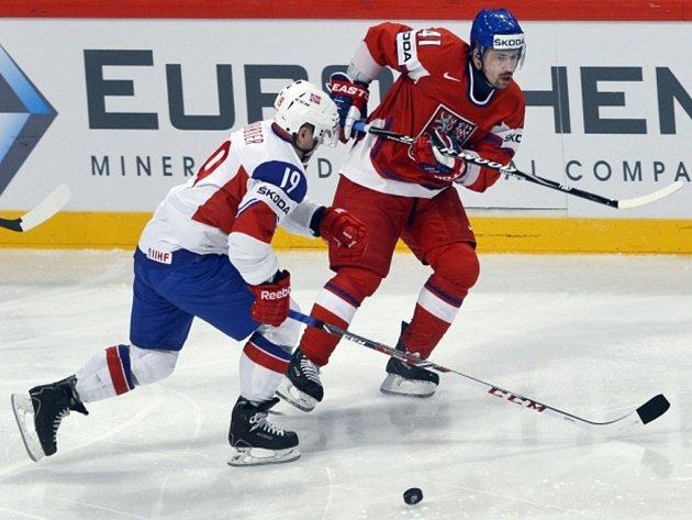 Opora české reprezentace Tomáš Plekanec (vpravo) přihrává přes Per-Age Skrödera z Norska.