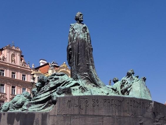 Socha Jana Husa na pražském Staroměstském náměstí.