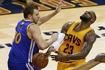 LerBron James z Clevelandu (vpravo) a David Lee z Golden State.