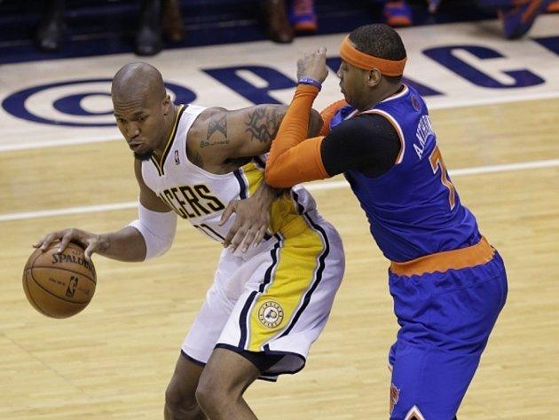 David West z Indiany (vlevo) se snaží prosadit přes Carmela Anthonyho z Knicks.