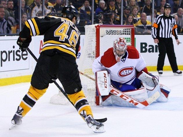 David Krejčí z Bostonu se snaží překonat brankáře Montrealu Careyho Price.